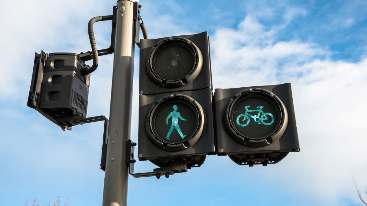green light for pedestrians and cycles